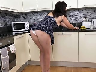 Solo Model Jessie Drops Her Sundress To Have Fun With Her Cunt In The Kitchen