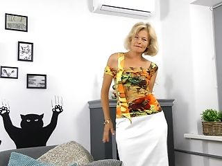 Diana Gold Is A Matures Vixen Who Loves Massaging Her Cock-squeezing Cunt