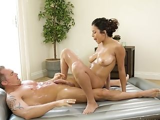 Amazing Autumn Falls Massages A Stiff Weenie With Her Mouth